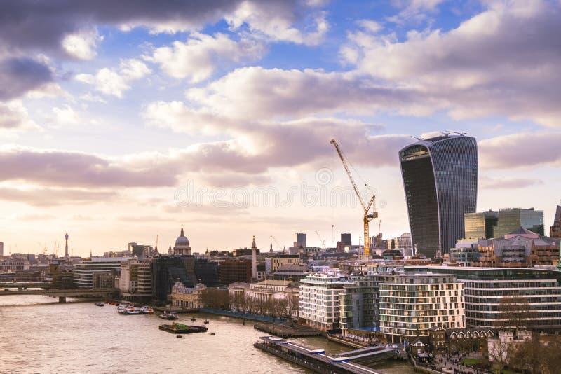 Cityscape van Londen met moderne gebouwen, de Kathedraal en de rivier Theems van Heilige Paul in zonsonderganglicht royalty-vrije stock fotografie