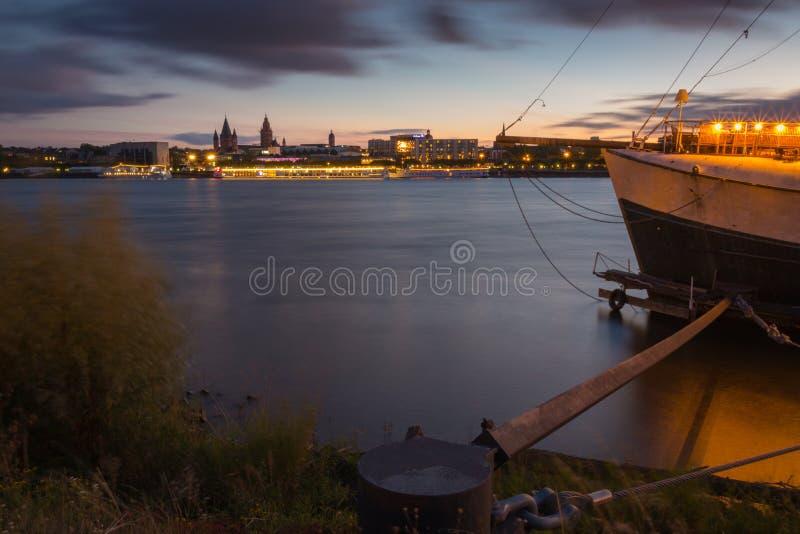 Cityscape van Mainz met in de avond stock fotografie