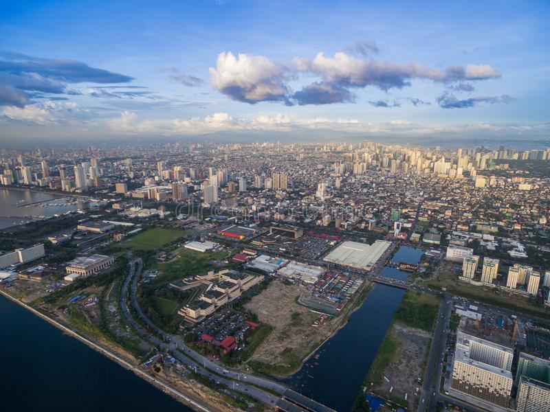 Cityscape van Manilla, Filippijnen Bay City, Pasay-Gebied Wolkenkrabbers op achtergrond royalty-vrije stock afbeeldingen