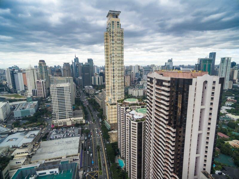 Cityscape van Manilla, Makati-Stad met Bedrijfsgebouwen en Bewolkte Hemel filippijnen Wolkenkrabbers op achtergrond stock foto's