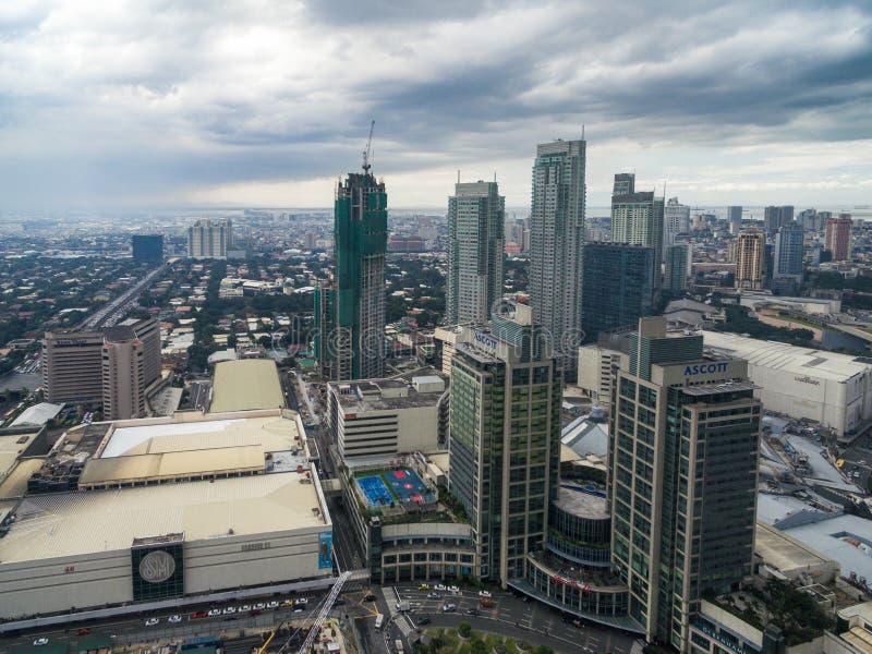 Cityscape van Manilla, Makati-Stad met Bedrijfsgebouwen en Bewolkte Hemel filippijnen Wolkenkrabbers op achtergrond stock foto