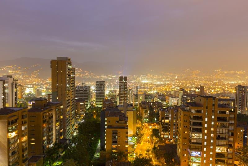 Cityscape van Medellin bij nacht, Colombia stock fotografie
