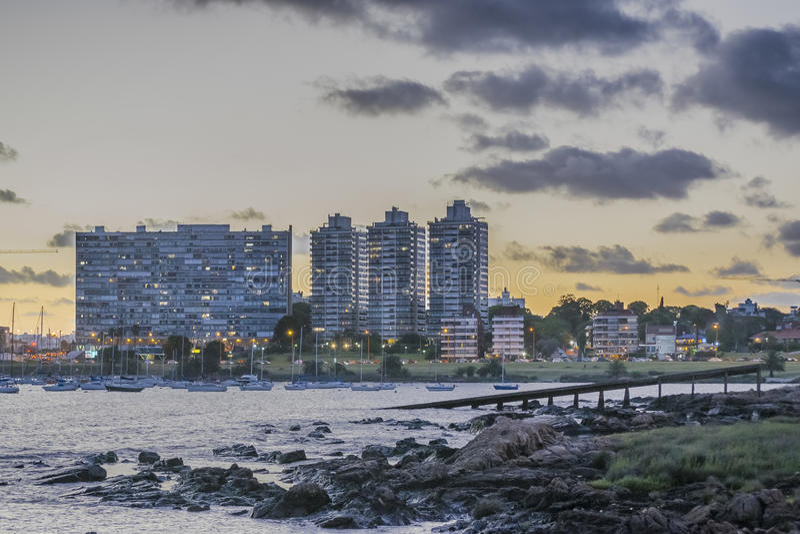 Cityscape van Montevideo Scène bij Schemering royalty-vrije stock afbeeldingen