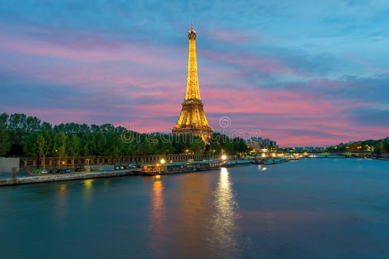 Cityscape van Parijs, Frankrijk met de Toren van Eiffel bij nacht  De toren van Eiffel is het meest bezochte monument van Frankri royalty-vrije stock afbeelding
