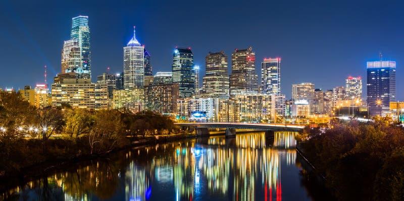 Cityscape van Philadelphia 's nachts panorama stock foto's