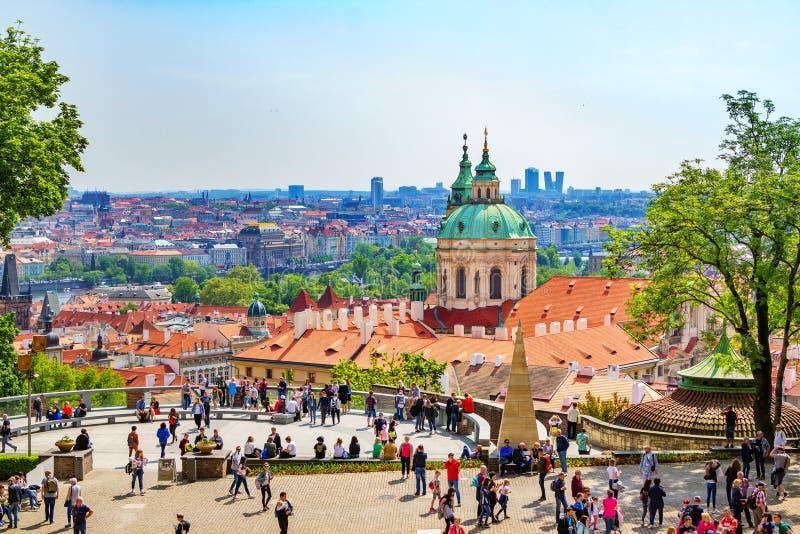 Cityscape van Praag van de observatiegrond in een Koninklijk complex Kasteel stock afbeeldingen