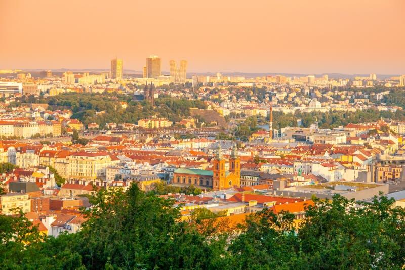 Cityscape van Praag Horizon met de moderne bouw van Pankrac Zonnige de zomerdag, Praha, Tsjechische Republiek stock afbeeldingen