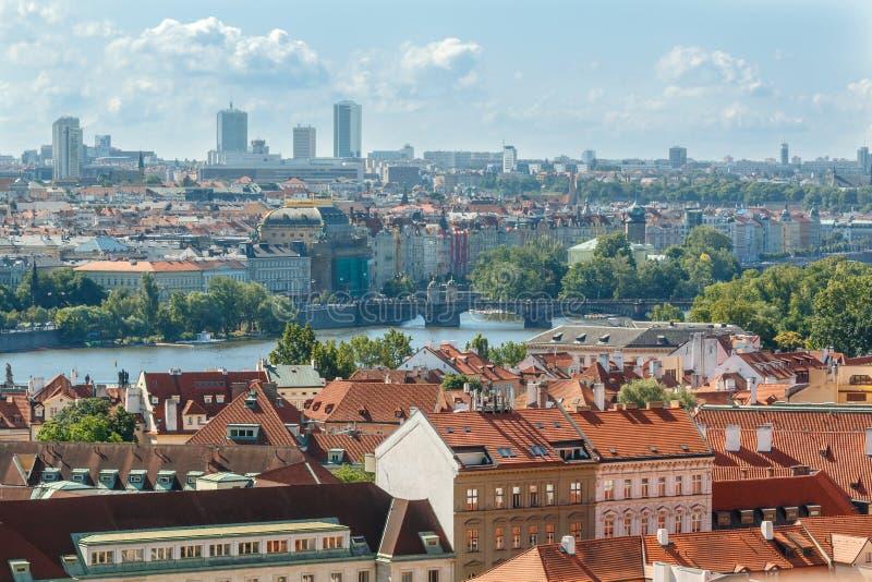 Cityscape van Praag mening met diverse gebouwen, torens en monumenten stock foto's