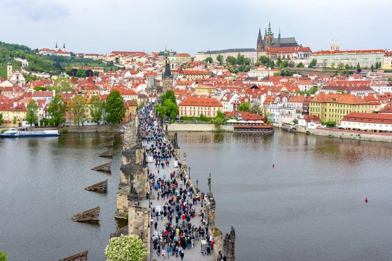 Cityscape van Praag met Charles-brug, Vltava-rivier en het kasteel van Praag, Tsjechische Republiek stock afbeeldingen