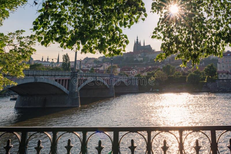 Cityscape van Praag met mening van het kasteel van Praag en Vltava-rivier met zonster stock afbeeldingen