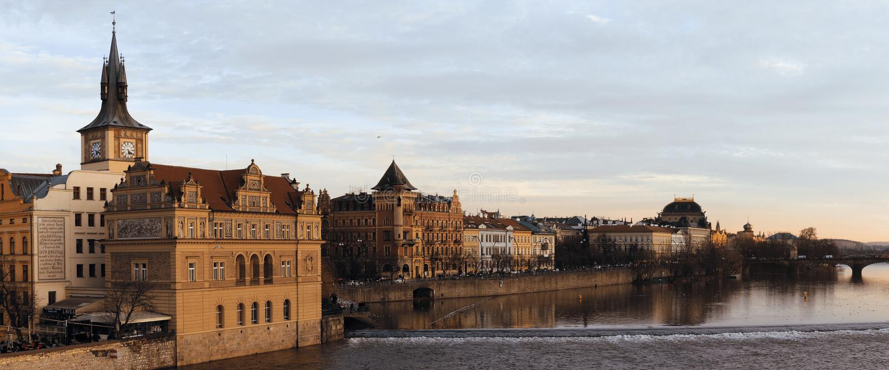 Cityscape van Praag met Moldavië stock fotografie
