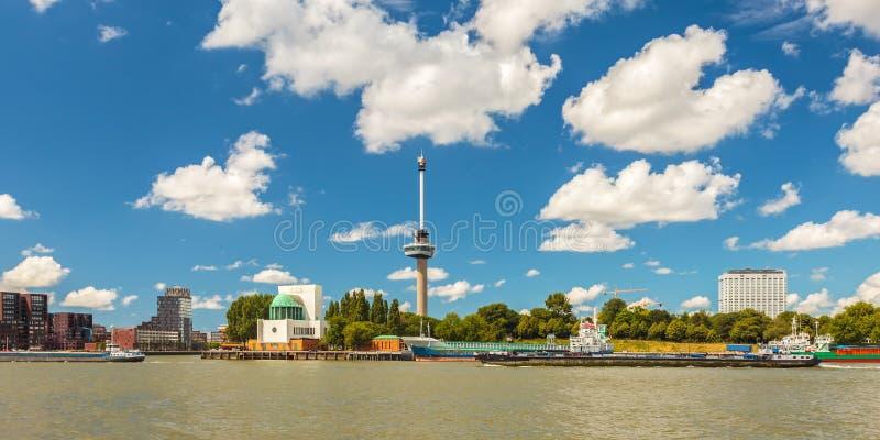Cityscape van Rotterdam naast de Maas rivier royalty-vrije stock foto's