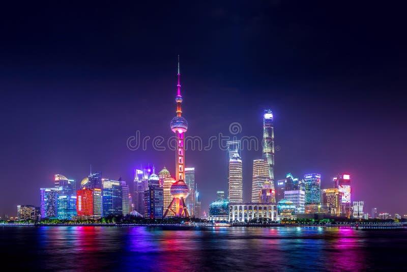 Cityscape van Shanghai bij schemeringzonsondergang Panorama van Pudong-bedrijfsdistrictshorizon van de Dijk stock afbeelding