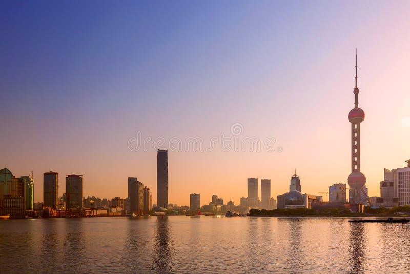 Cityscape van Shanghai bij zonsopgang Panorama van Pudong-bedrijfsdistrictshorizon van de Dijk royalty-vrije stock afbeelding