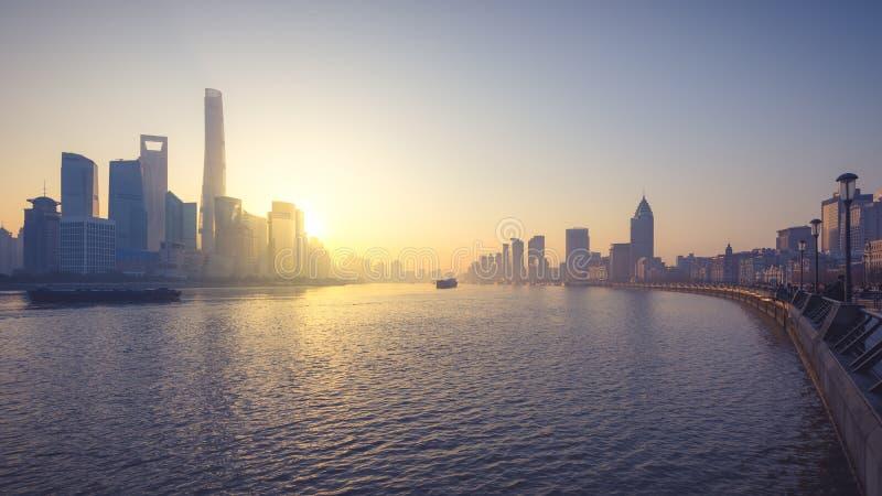 Cityscape van Shanghai in China met Huangpu-rivier in ochtend stock foto's