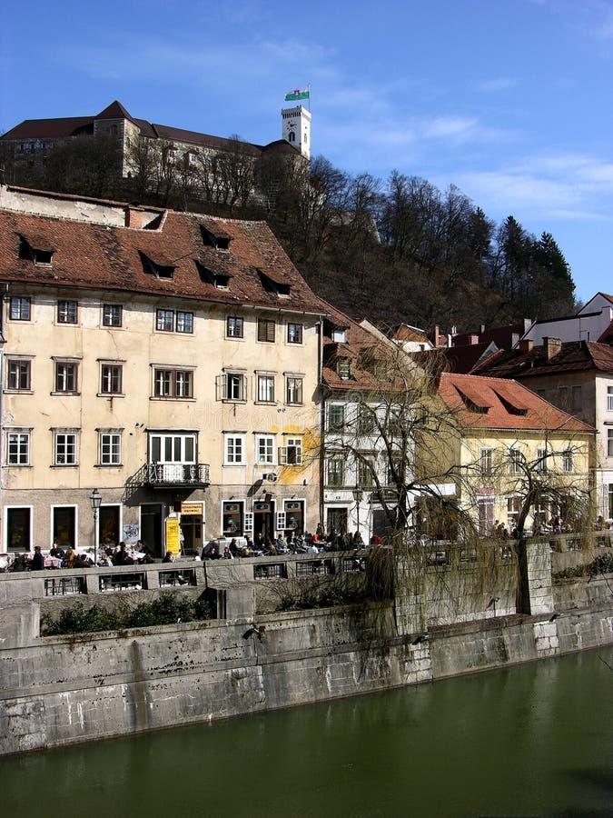 Cityscape van Sloveens hoofdljubljana met kasteel en rivier Ljubljanica royalty-vrije stock fotografie