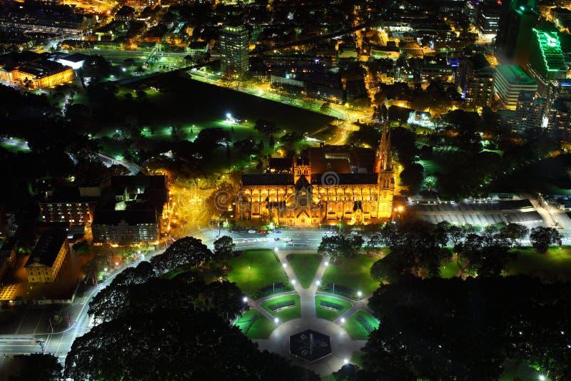 Cityscape van Sydney bij nacht met St Marys kathedraal stock foto