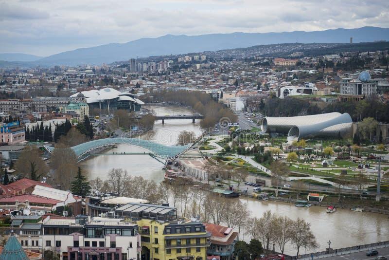 Cityscape van Tbilisi, de hoofd en grootste stad die van Georgië, op de banken van de Kura-Rivier liggen royalty-vrije stock foto's