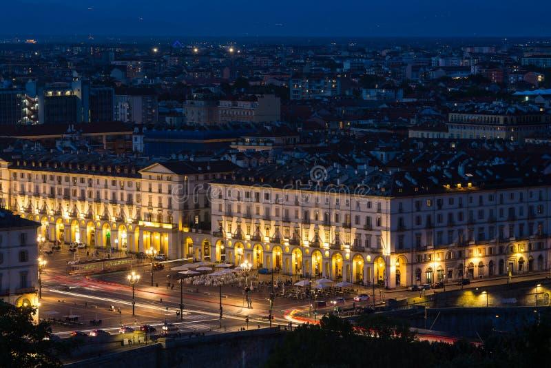 Cityscape van Turijn Turijn, Italië bij nacht met details van grote vierkante Piazza Vittorio Veneto, straten en stadslichten royalty-vrije stock fotografie