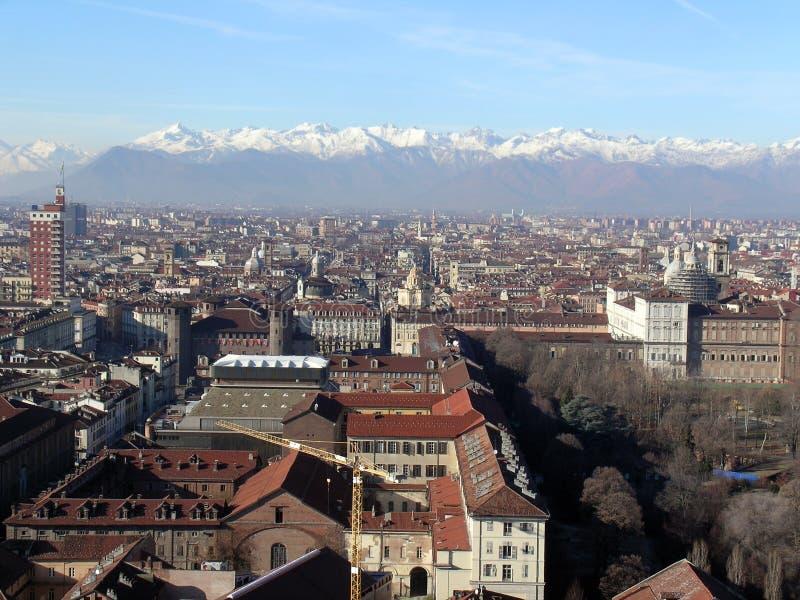 Cityscape van Turijn met de bergen van alpen op de achtergrond stock afbeeldingen