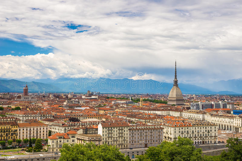 Cityscape van Turijn Turijn, Italië met de Mol Antonelliana torenhoog over de gebouwen Windonweerswolken over de Alpen in royalty-vrije stock fotografie