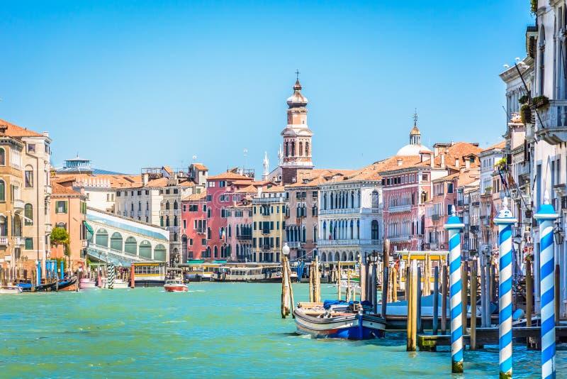 Cityscape van Venetië - de idyllische mening van de waterkant stock fotografie