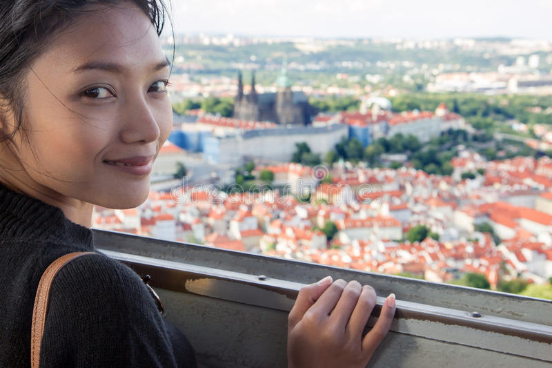 Cityscape van vrouwenhorloges van Praag royalty-vrije stock fotografie