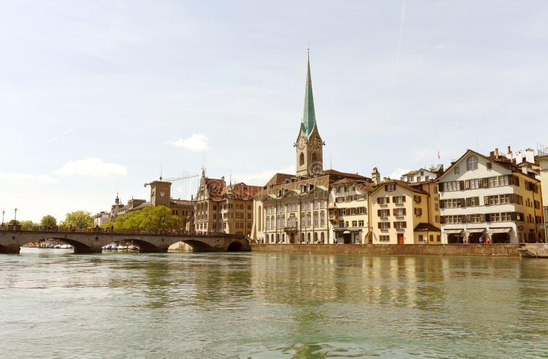 Cityscape van Zürich met de Kerk van Limmatquai en Fraumunster-, Switzer stock fotografie