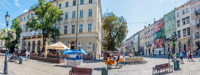Cityscapebakgrund av den gamla delen av den Lviv staden i Ukraina i sommarsäsongen royaltyfria bilder