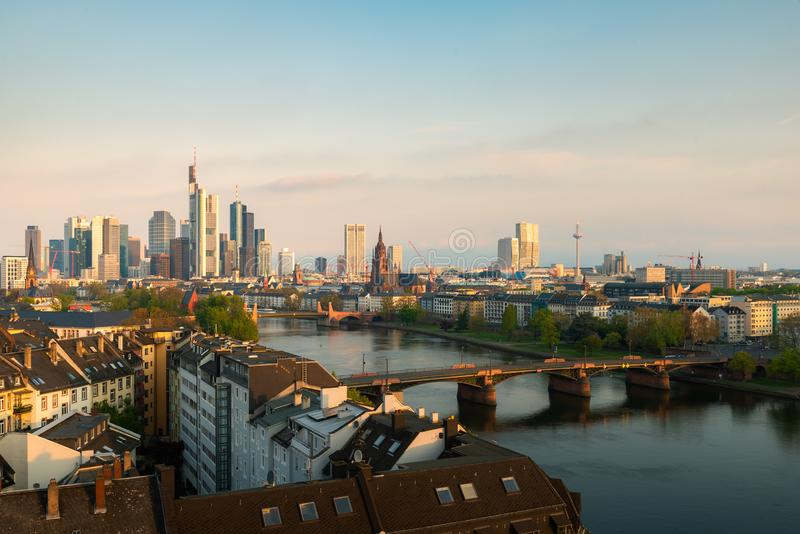 Cityscapebild av Frankfurt - f.m. - huvudsaklig horisont under härlig morgon royaltyfria foton
