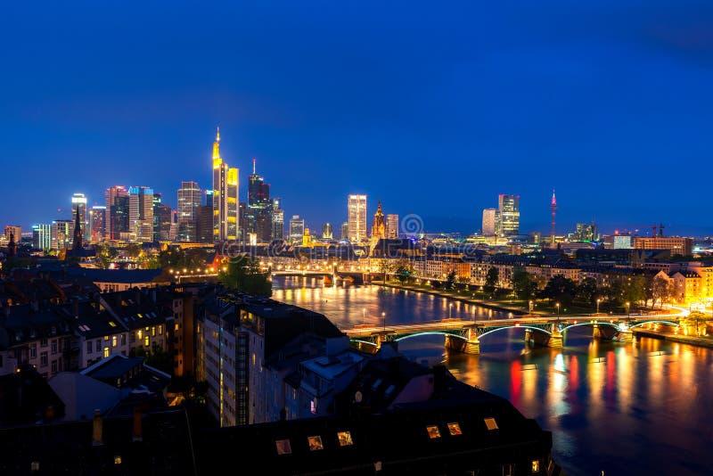 Cityscapebild av Frankfurt - f.m. - huvudsaklig horisont under härlig natt arkivbild