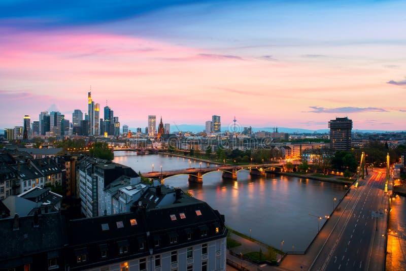 Cityscapebild av Frankfurt - f.m. - huvudsaklig horisont under härlig solnedgång arkivfoto
