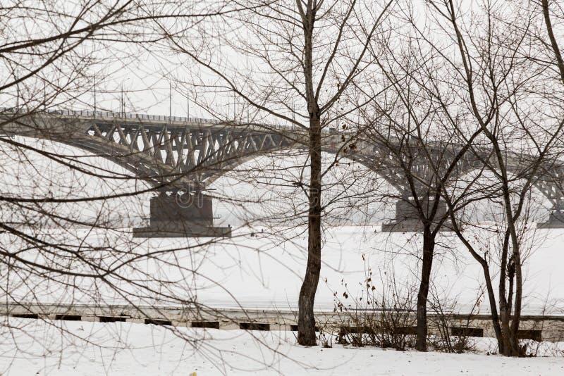 cityscapejanuari moscow russia vinter 2010 Bro över Volgaet River mellan städerna av Saratov och Engels, Ryssland arkivbild