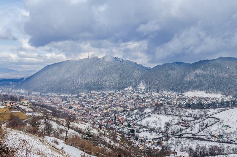 Cityscapen av den Brasov staden i vintertid, molnig dag royaltyfri bild