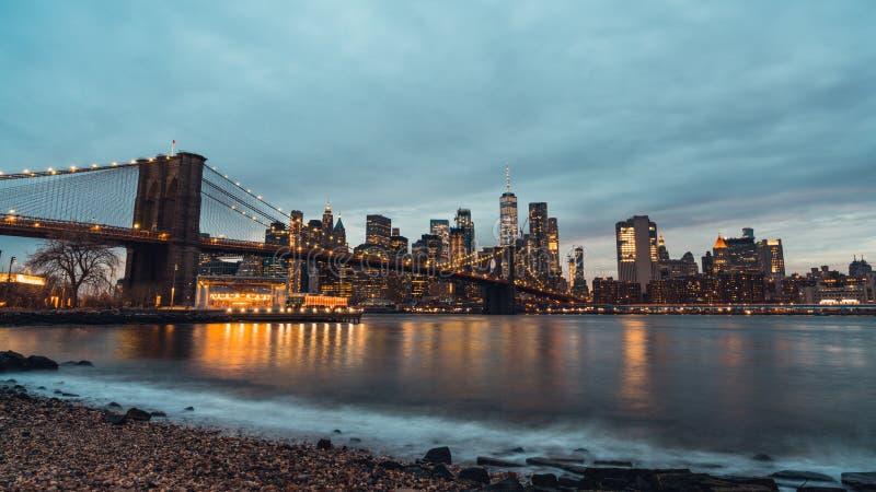 Cityscapenattsikt av den Brooklyn bron och byggnader i Manhattan New York City, Förenta staterna arkivbild
