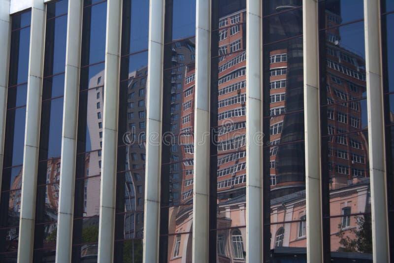 Cityscapereflexion på byggande av den randiga glasväggen royaltyfri fotografi