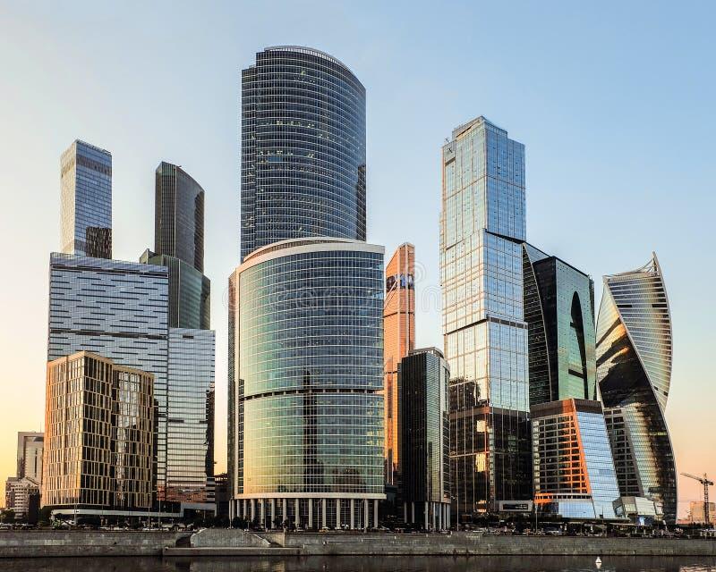 Cityscapesikt av byggnadsMoskva-stad det internationella affärscentrumet på aftonsolnedgången royaltyfria foton