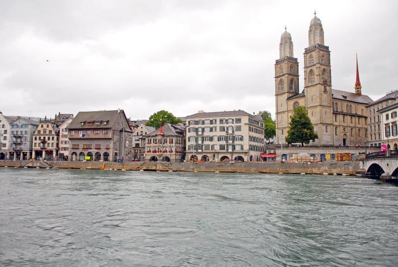 Cityscapesikt av den Grossmunster kyrkan i Zurich, Schweiz arkivfoton