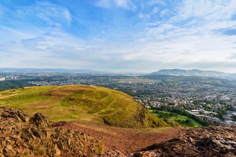 Cityscapesikt av Edinburg från Arthurs Seat, Skottland som förenas royaltyfria foton