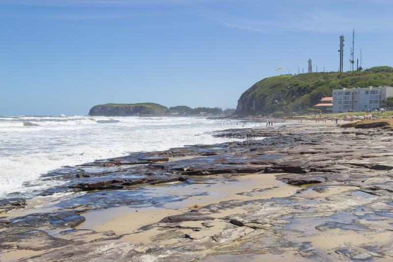 Cityview avec le phare à la plage de Torres photographie stock