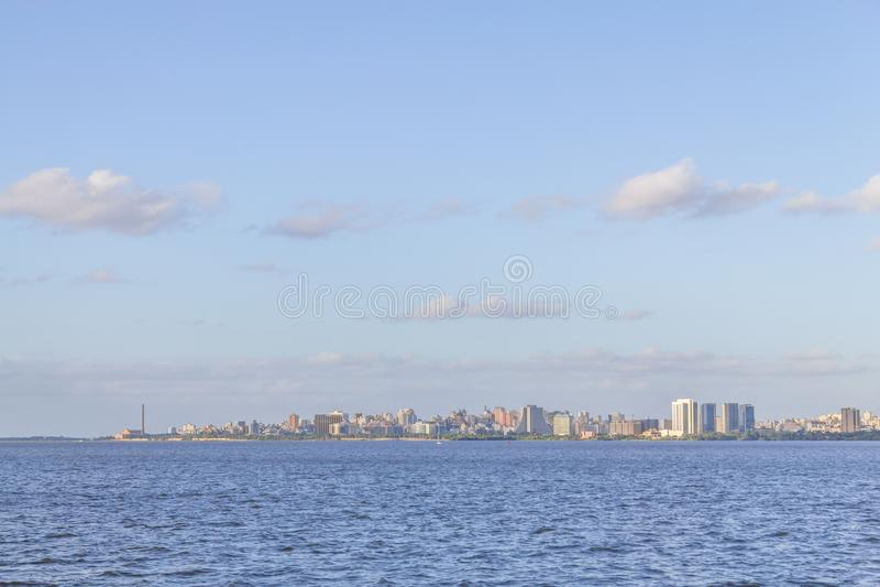 Cityview con Gasometro ed il lago Guaiba, Porto Alegre fotografie stock