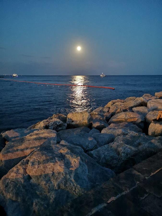 Cityview de Amalfi na noite em Italie Luz de lua fotografia de stock royalty free