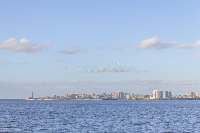 Cityview med Gasometro och Guaiba sjön, Porto Alegre arkivfoton