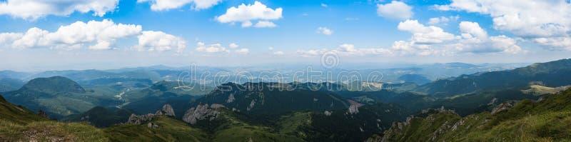 Ciucas山、罗马尼亚、一个晴朗的夏日、蓝天和美丽的云彩全景  免版税库存图片
