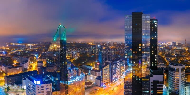 Ciudad aérea en la noche, Tallinn, Estonia del panorama imagen de archivo libre de regalías