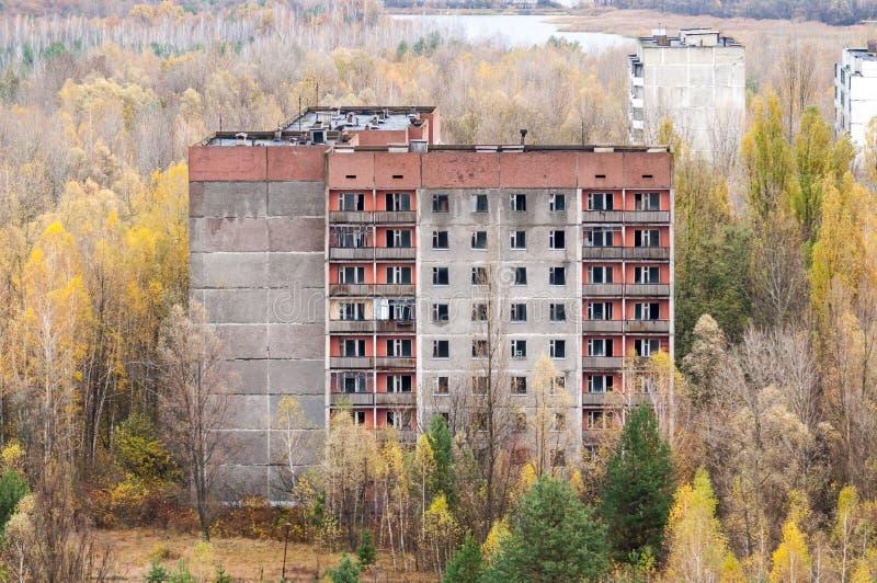 Ciudad abandonada Pripyat en el área Ucrania del ` s de Chernóbil Zona de exclusión del alto edificio vacío foto de archivo libre de regalías