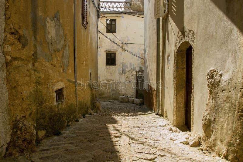 Ciudad adriática vieja Vrbnik Calle de piedra estrecha en la ciudad de Vrbnik Archipiélago de la bahía de Kvarner de Croacia fotografía de archivo