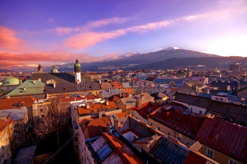 Ciudad alpestre en puesta del sol imagen de archivo libre de regalías
