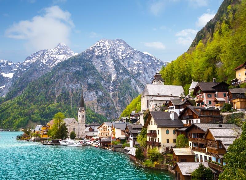 Ciudad alpina de Hallstatt del verano hermoso foto de archivo