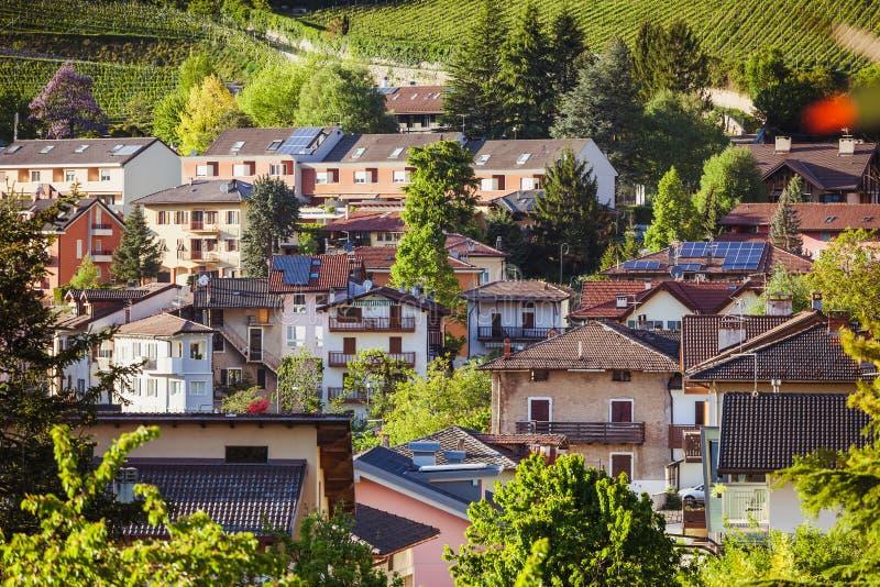 Ciudad alpina en luz del verano imágenes de archivo libres de regalías